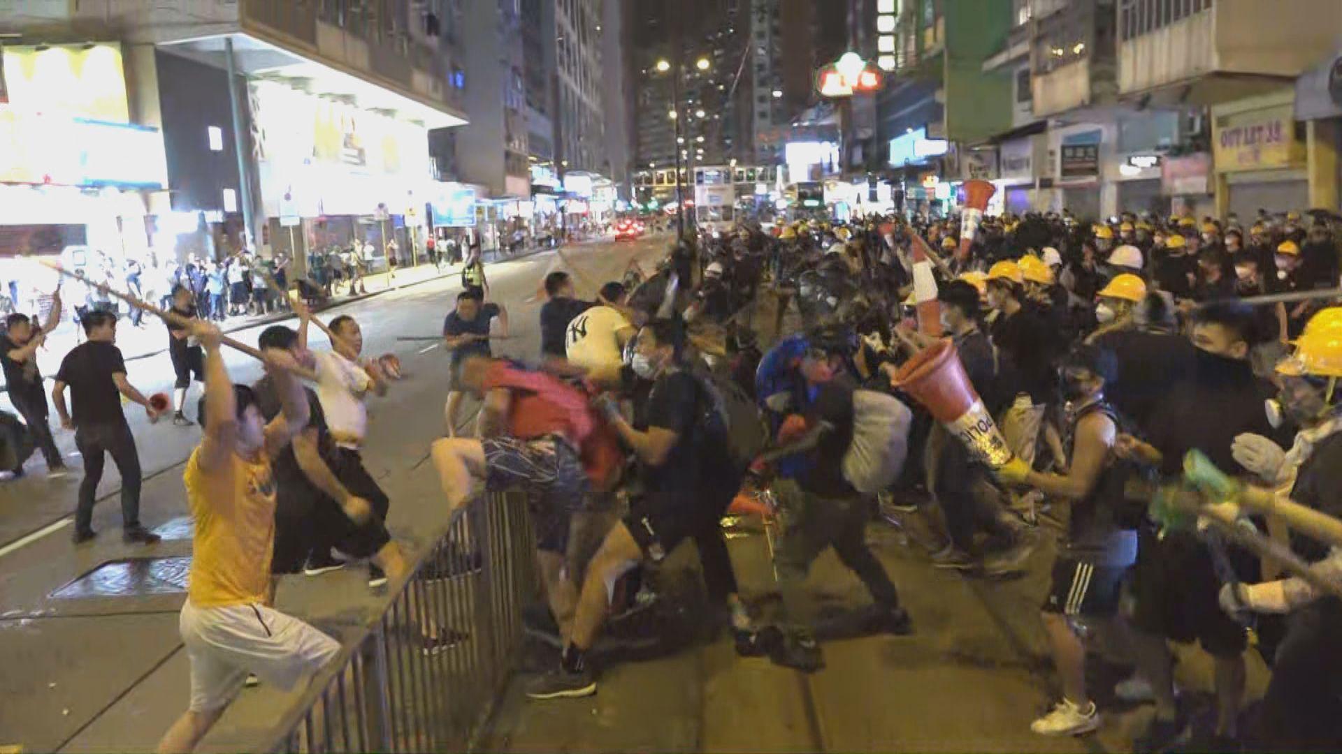 示威者北角警署投擲雜物 警方發射催淚彈