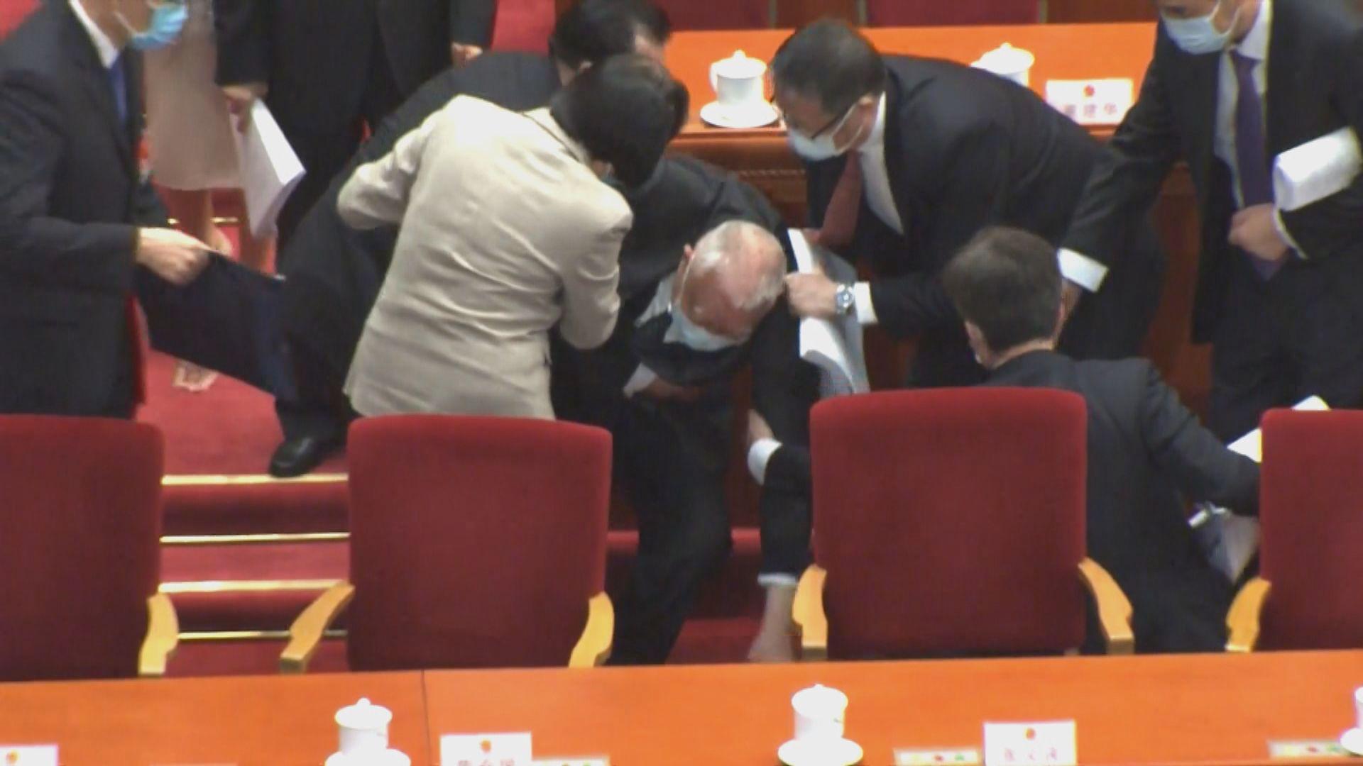董建華全國人大會議開幕離場時跌倒 梁振英陪同離開