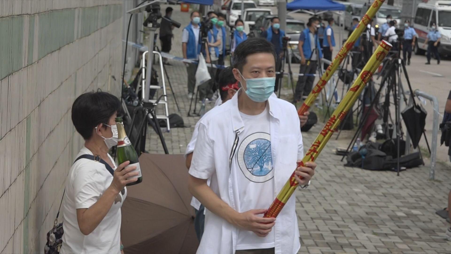 有市民到壹傳媒外聚集指是慶祝 涉違限聚令被警方票控