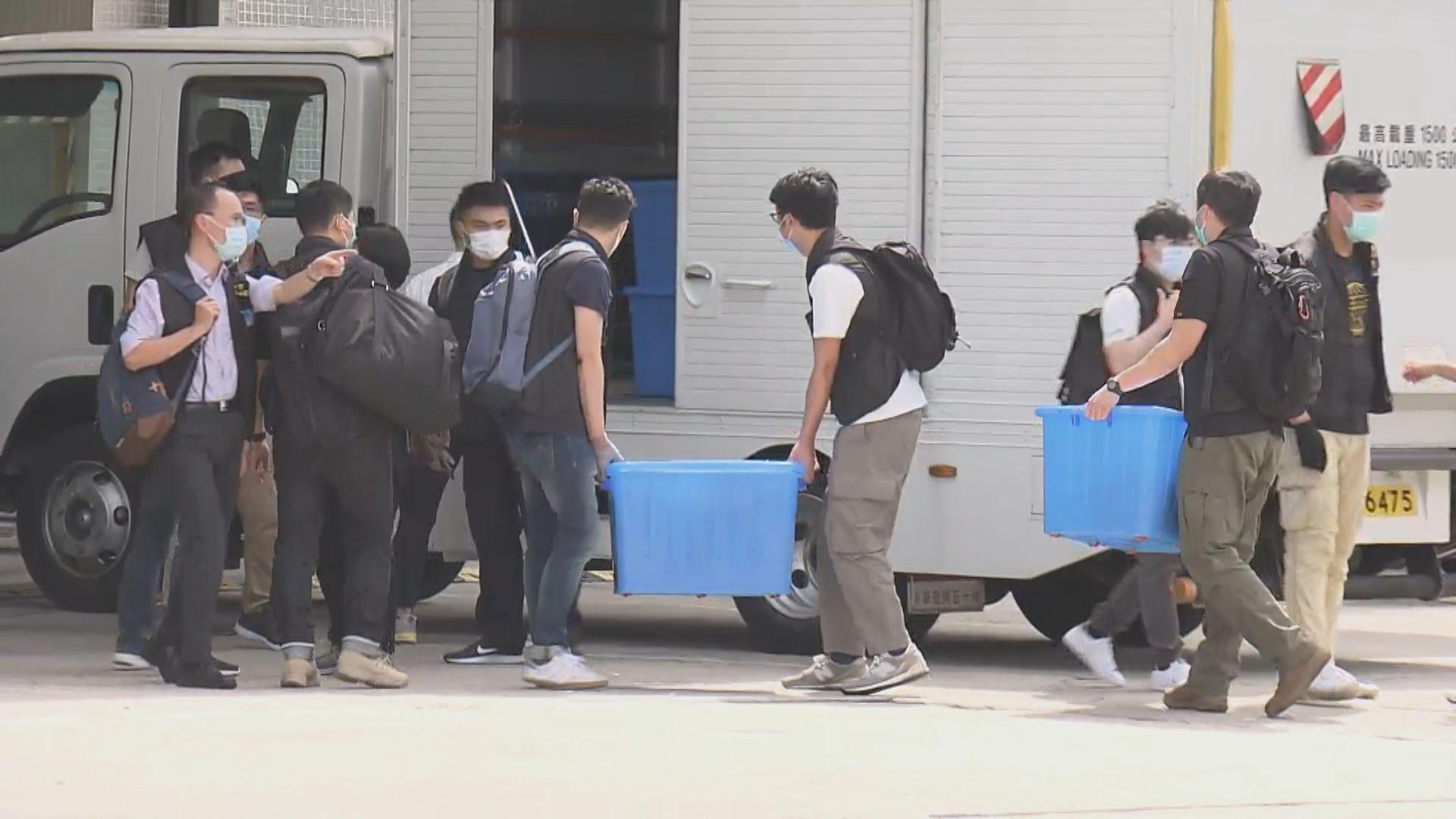 警方查封壹傳媒及搜證歷時九小時 共搬走25箱證物