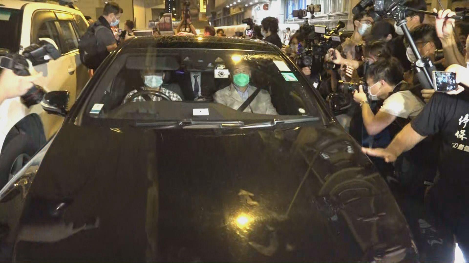 黎智英案多人保釋離開警署 有人舉蘋果日報聲援黎智英