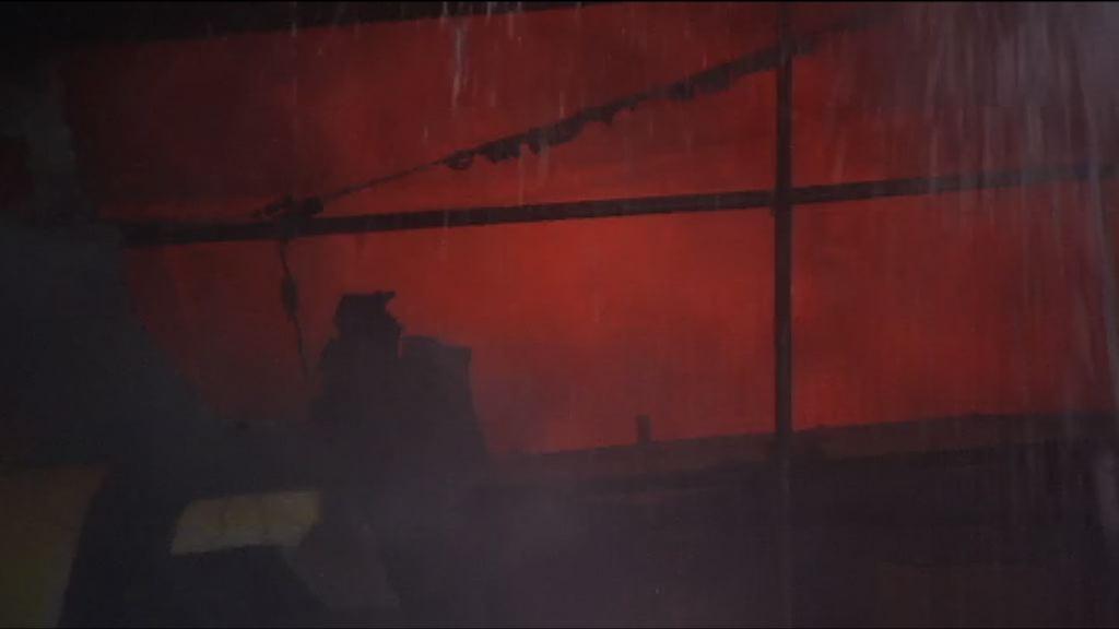 迷你倉四級火仍未救熄 高溫令灌救相當困難
