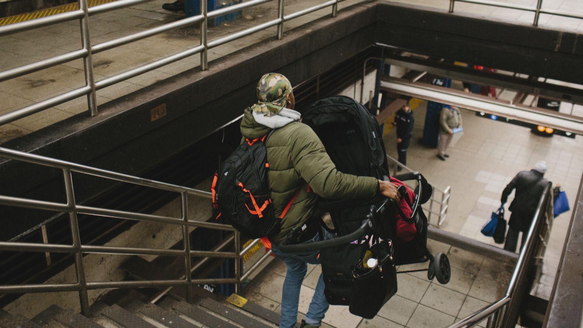 女子紐約地鐵站樓梯推手推車失足跌死