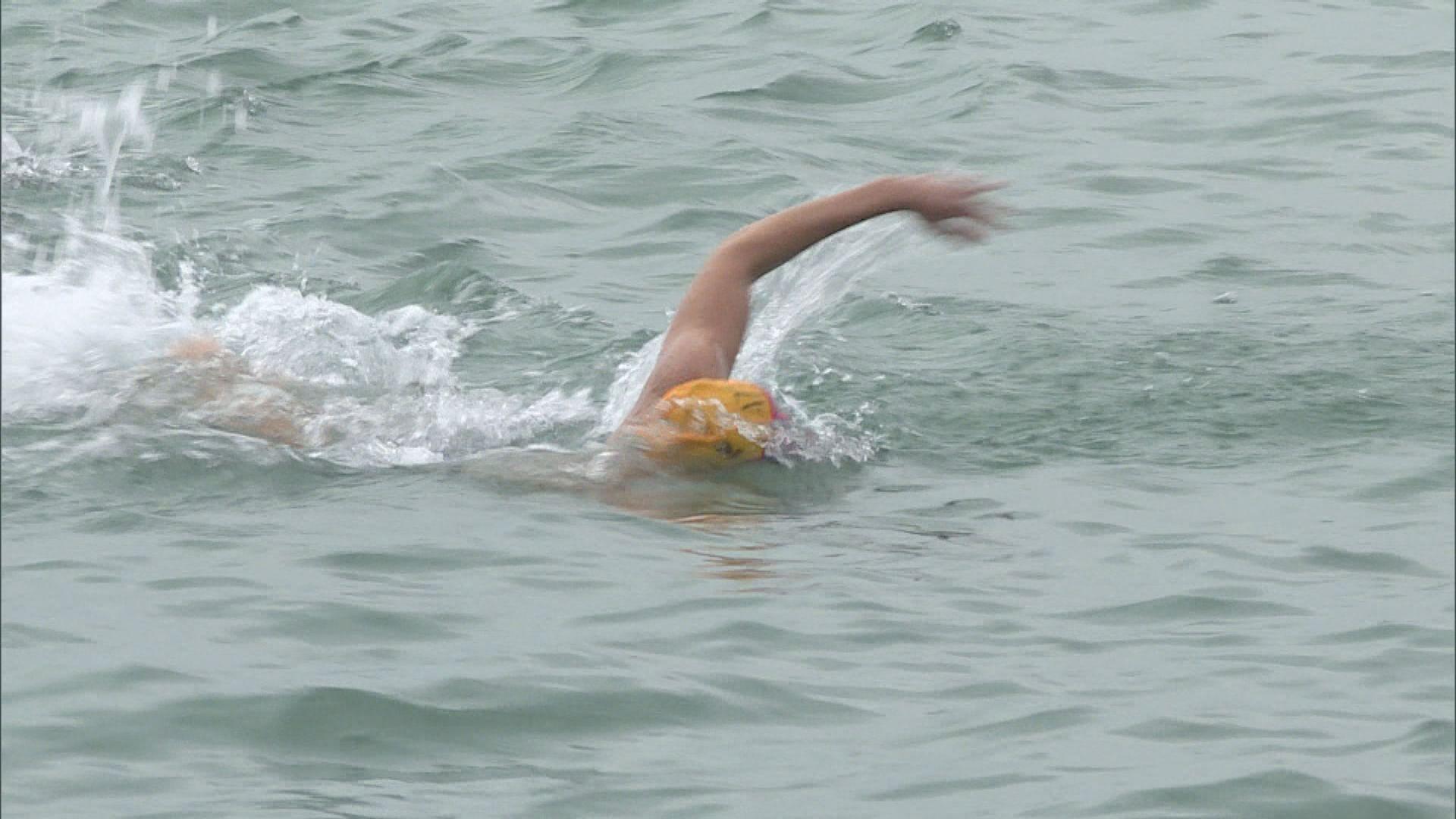 元旦冬泳 逾千人參加元旦冬泳