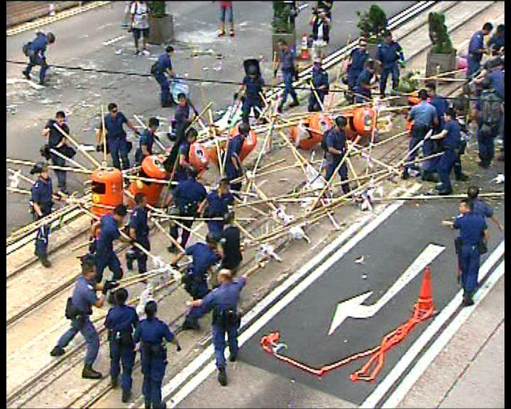 警方清除金鐘道路障重開東西行線