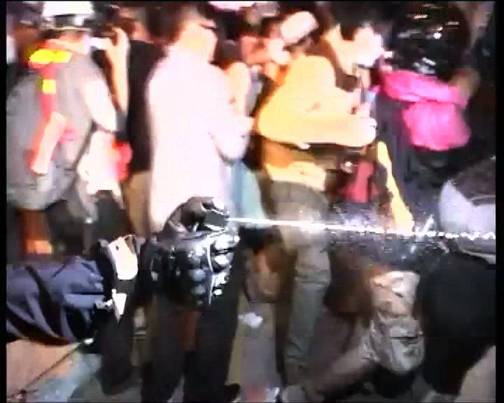 防暴警察曾施放胡椒噴霧驅散示威人士