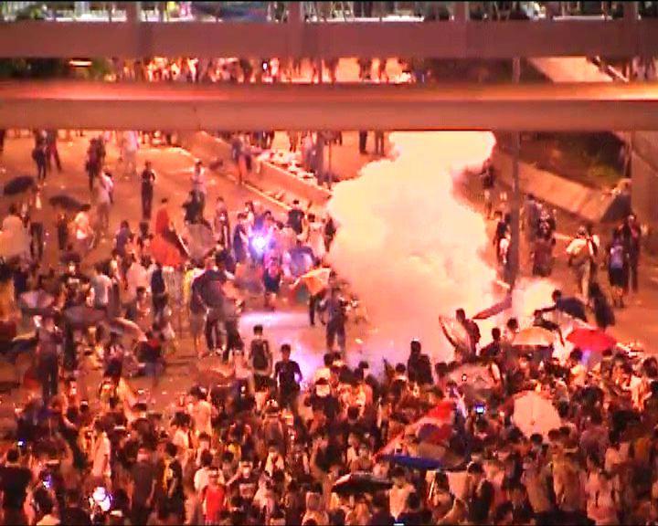 中環示威者多次被施放催淚彈
