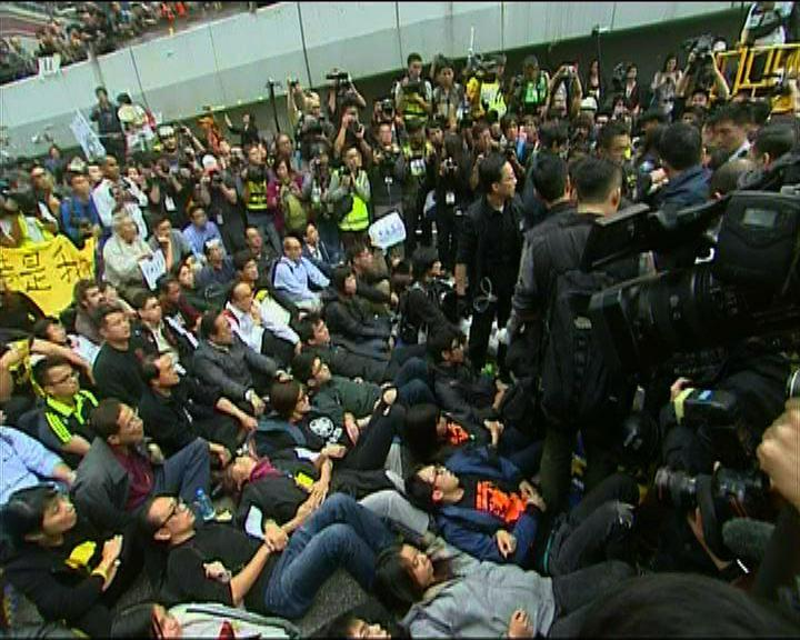 警方要求佔領運動被捕者到警署