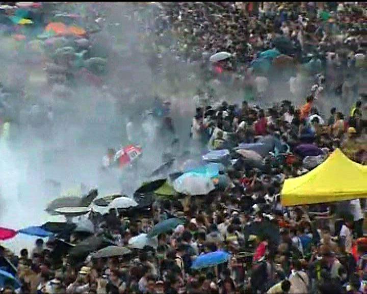 警方多次施放催淚彈驅趕示威者
