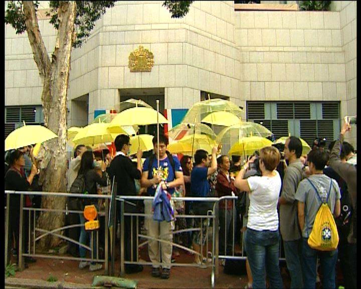 數十名市民到英國領事館抗議