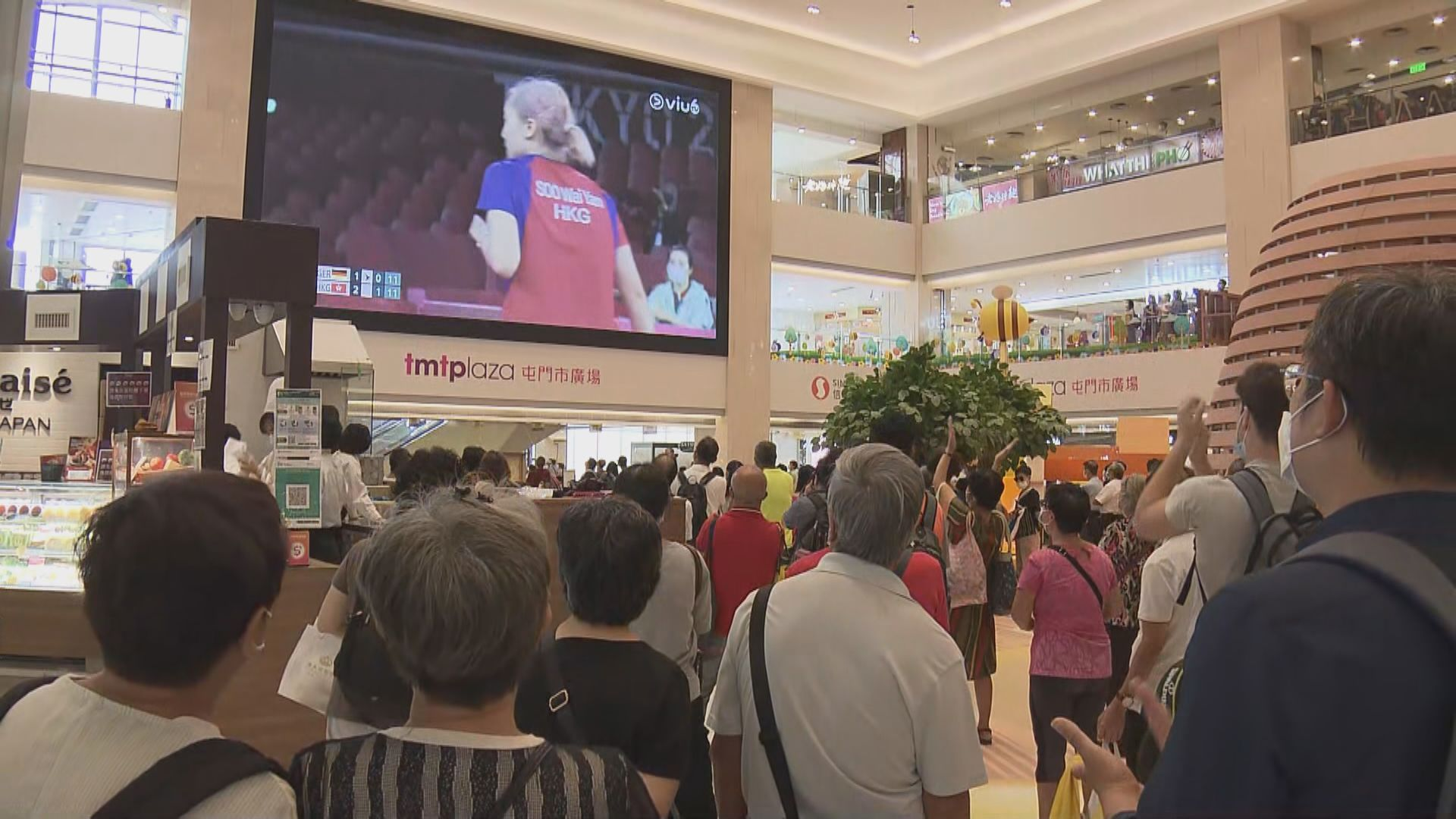 大批市民於商場觀看港隊乒乓球女團奪銅牌