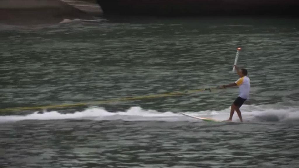 巴西滑浪好手水上傳遞奧運聖火