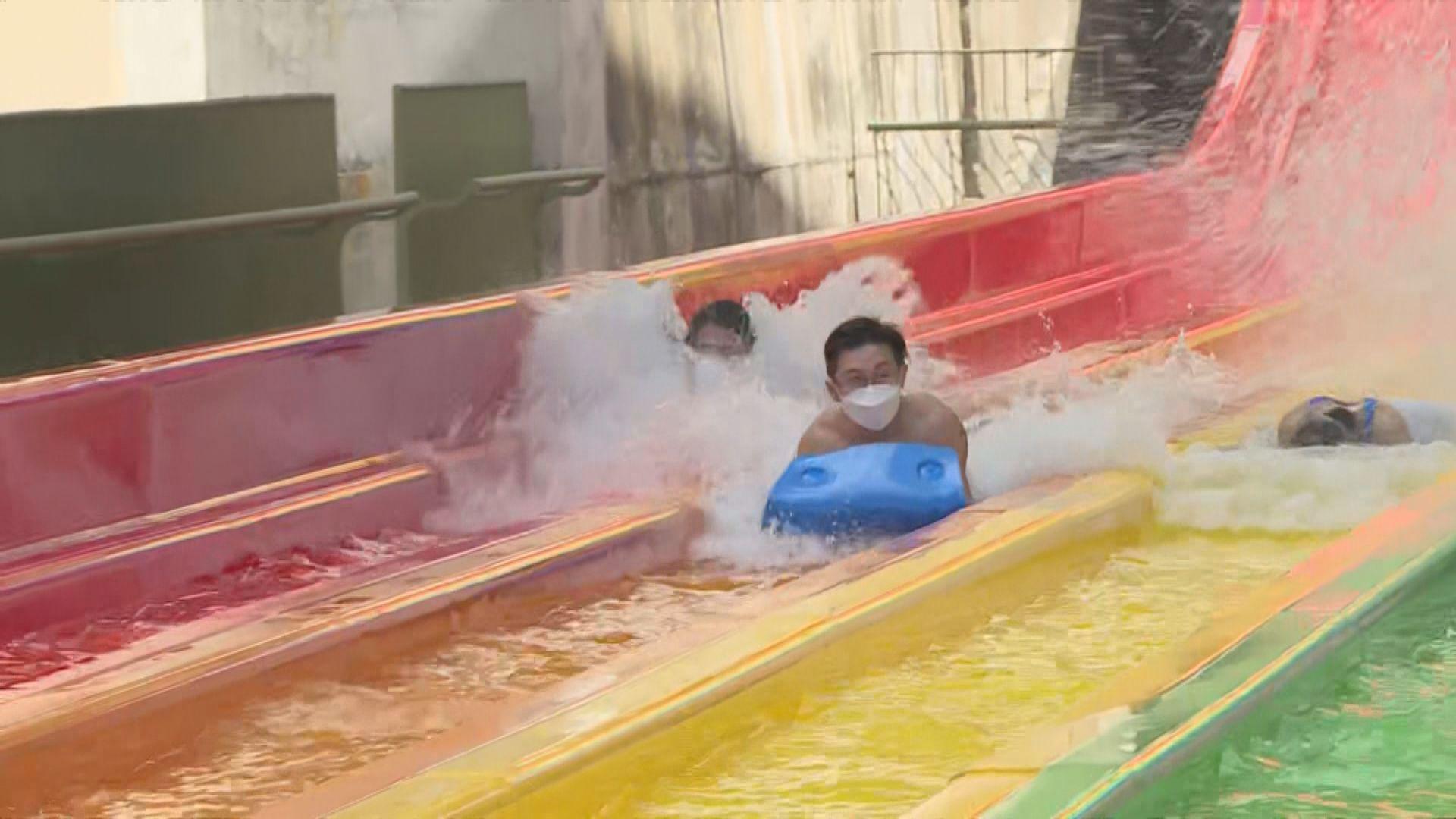 水上樂園正式開放 有人戴口罩玩「八彩天梯」