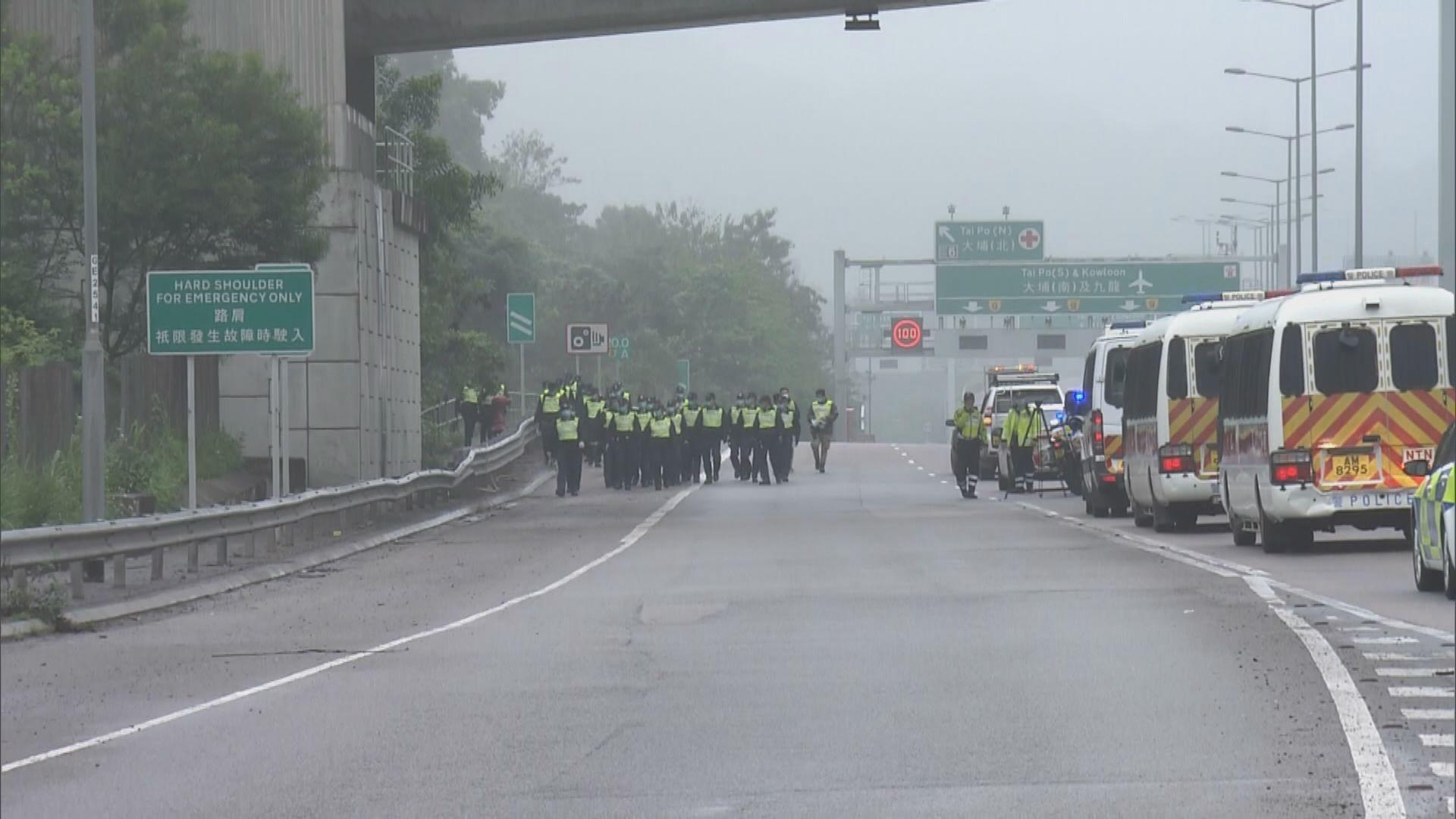 警方大埔康樂園對開道路及草叢搜尋彈頭
