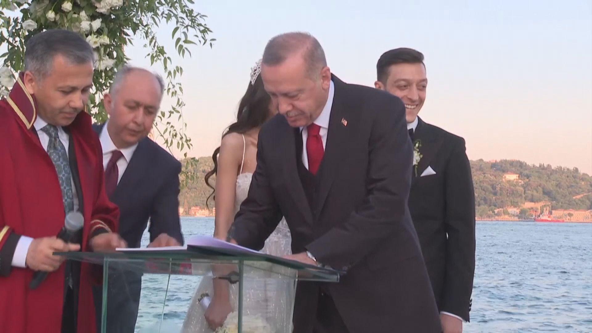 土耳其總統埃爾多安為球星奧斯爾證婚惹關注