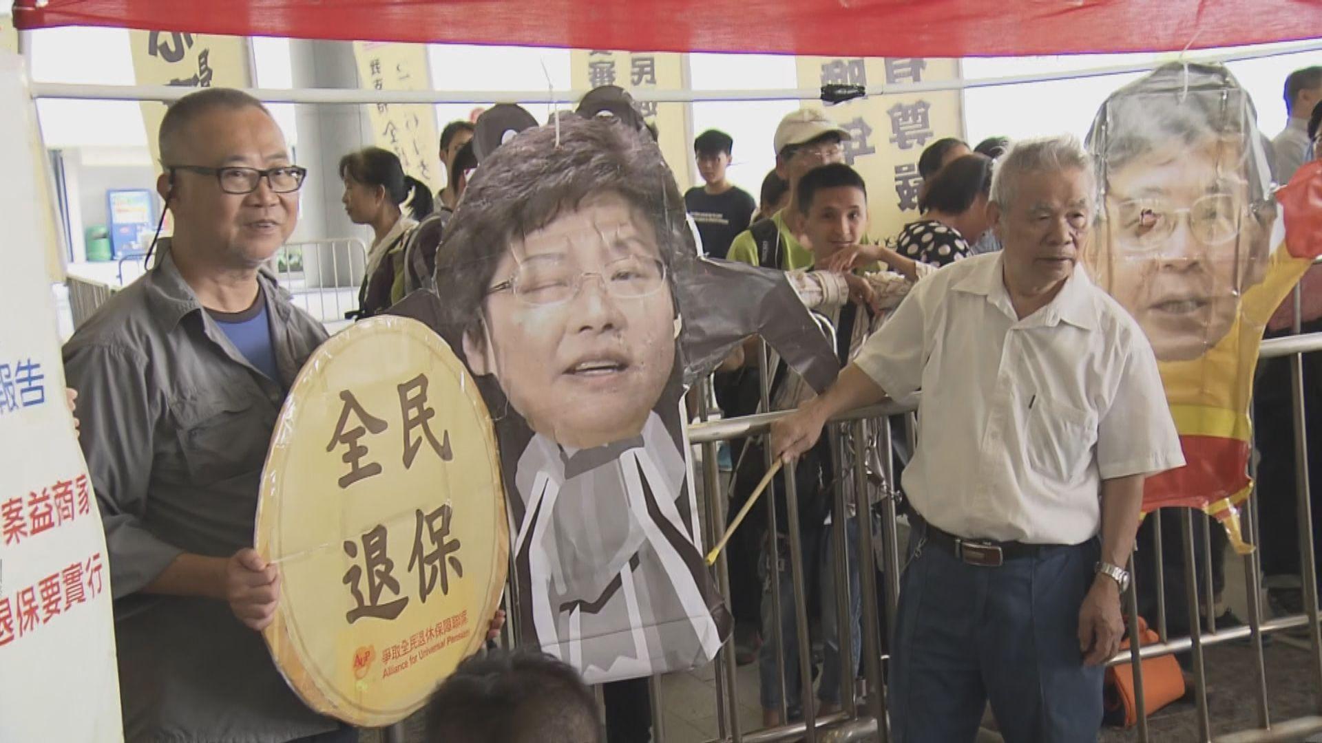 林鄭發表施政報告前 多個團體立法會外請願