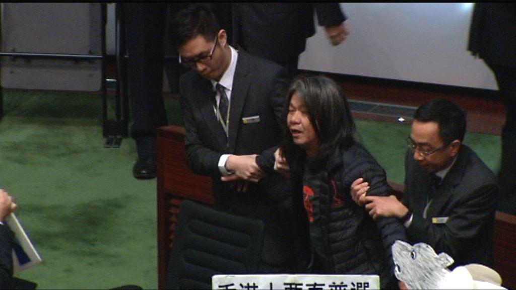 社民連梁國雄示威遭逐出會議廳