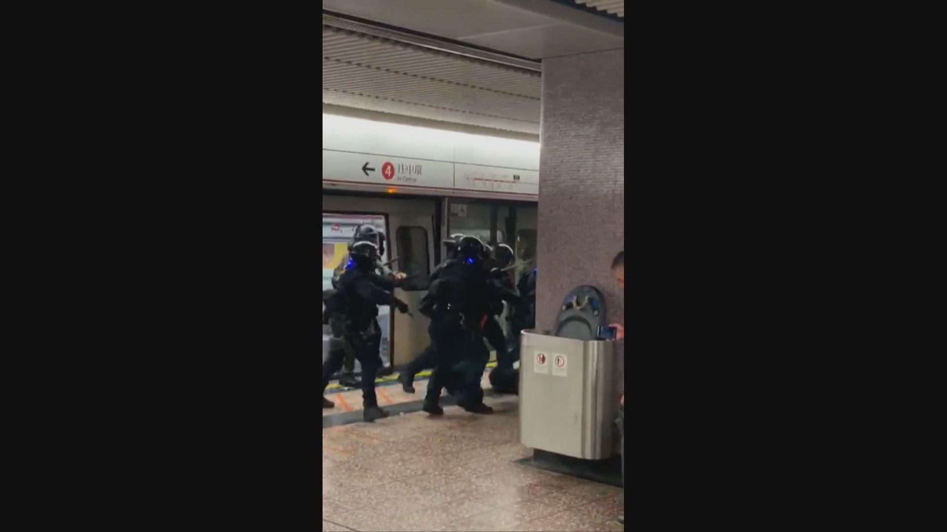 速龍小隊太子站內走進車廂制服多人