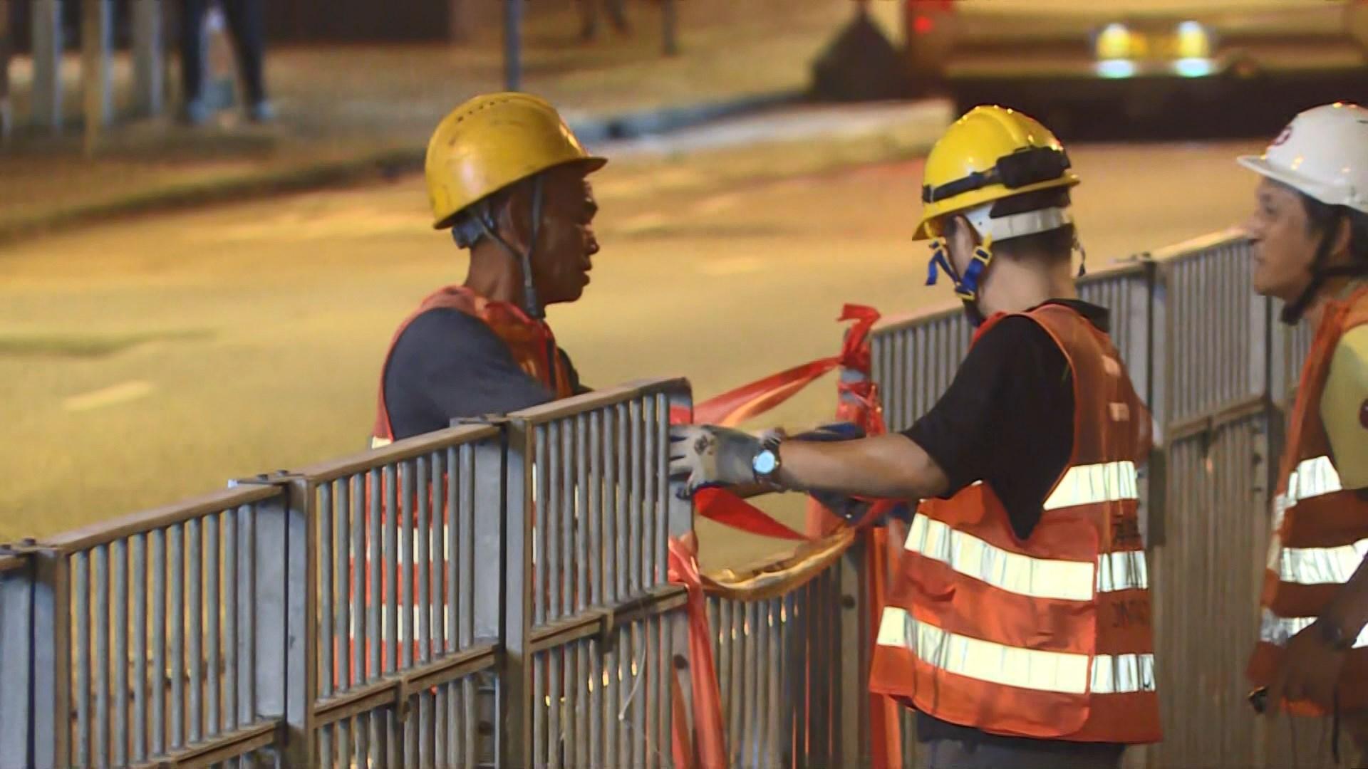 港鐵派職員沿路軌檢查輕鐵設施