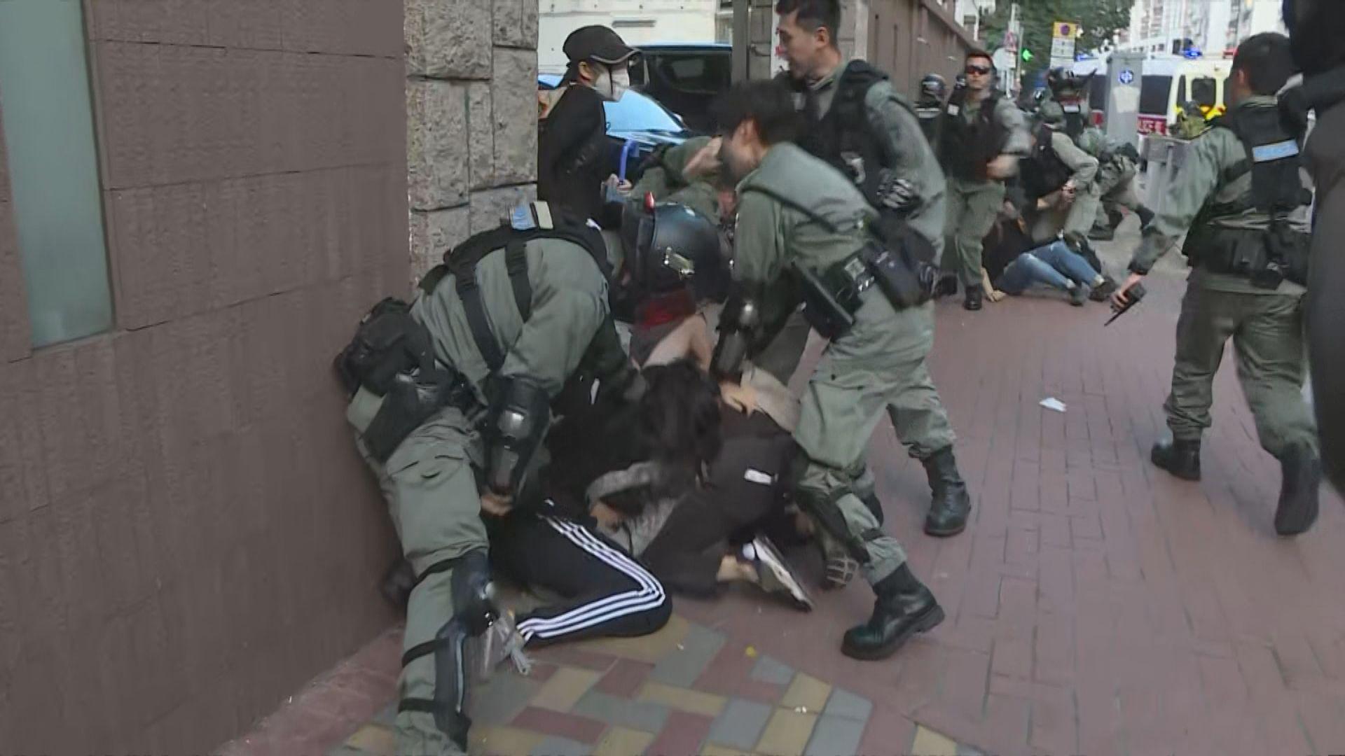 示威者先後在旺角、九龍城及尖沙咀堵路 警方出動水炮車驅散
