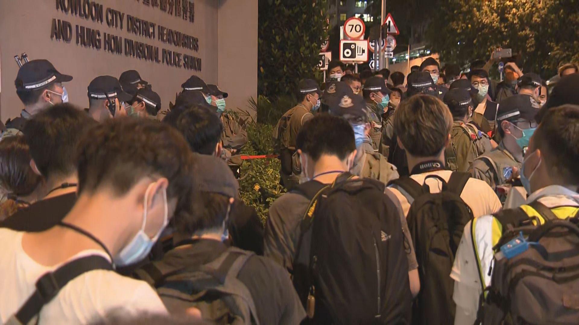 多名民主派議員到紅磡警署聲援林兆彬