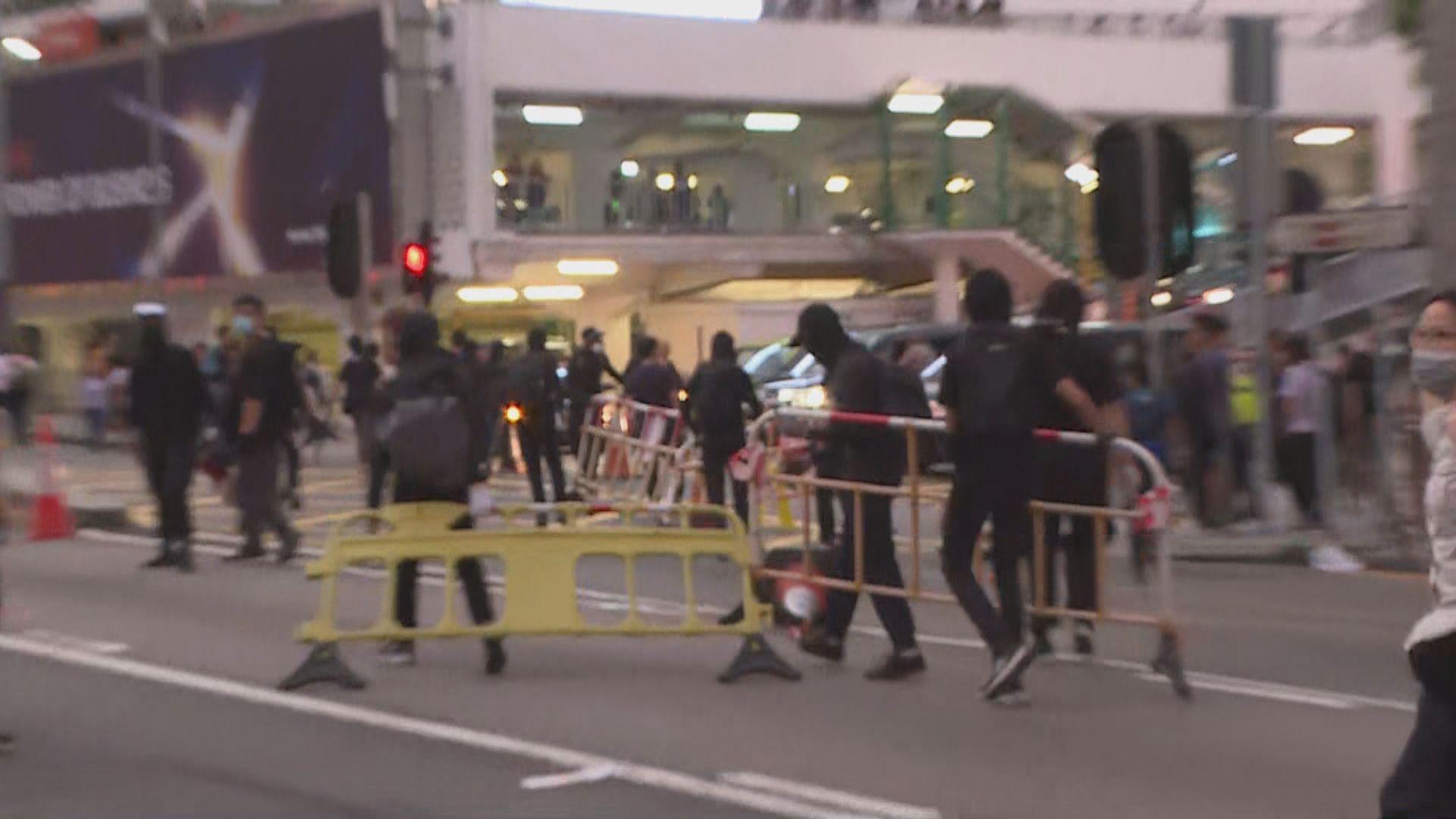 示威者龍和道及干諾道中堵路 警施催淚彈驅散