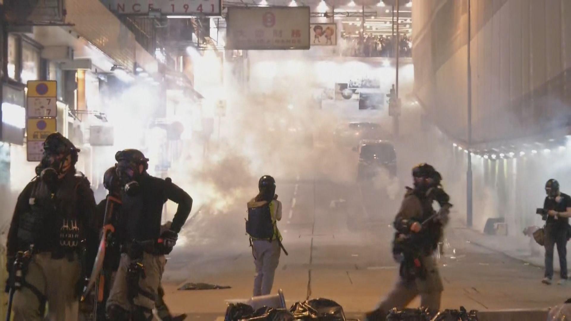 示威者中環投擲汽油彈 警方發射多枚催淚彈