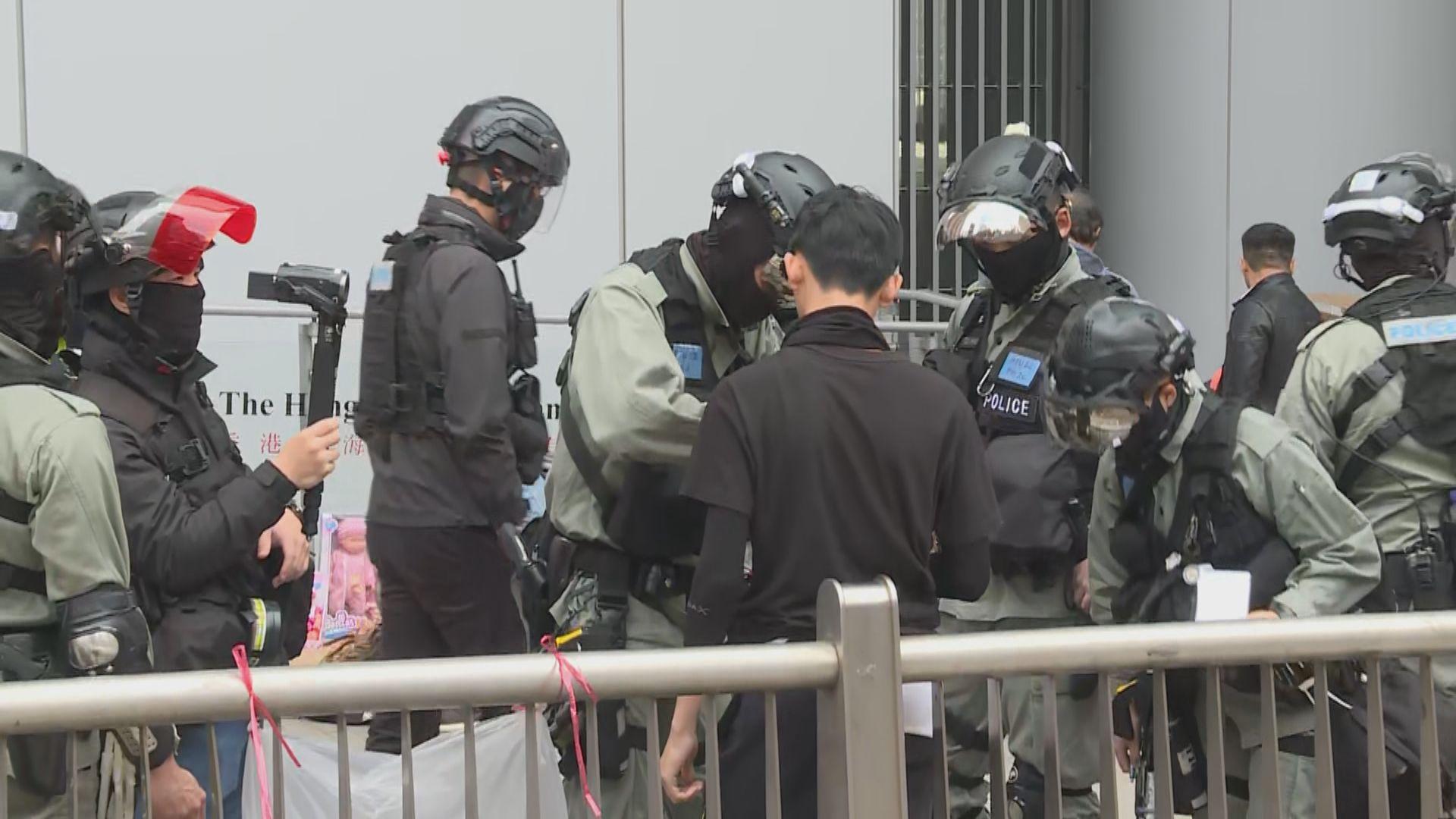 團體遮打花園集會 警方拘捕四人涉藏攻擊性武器