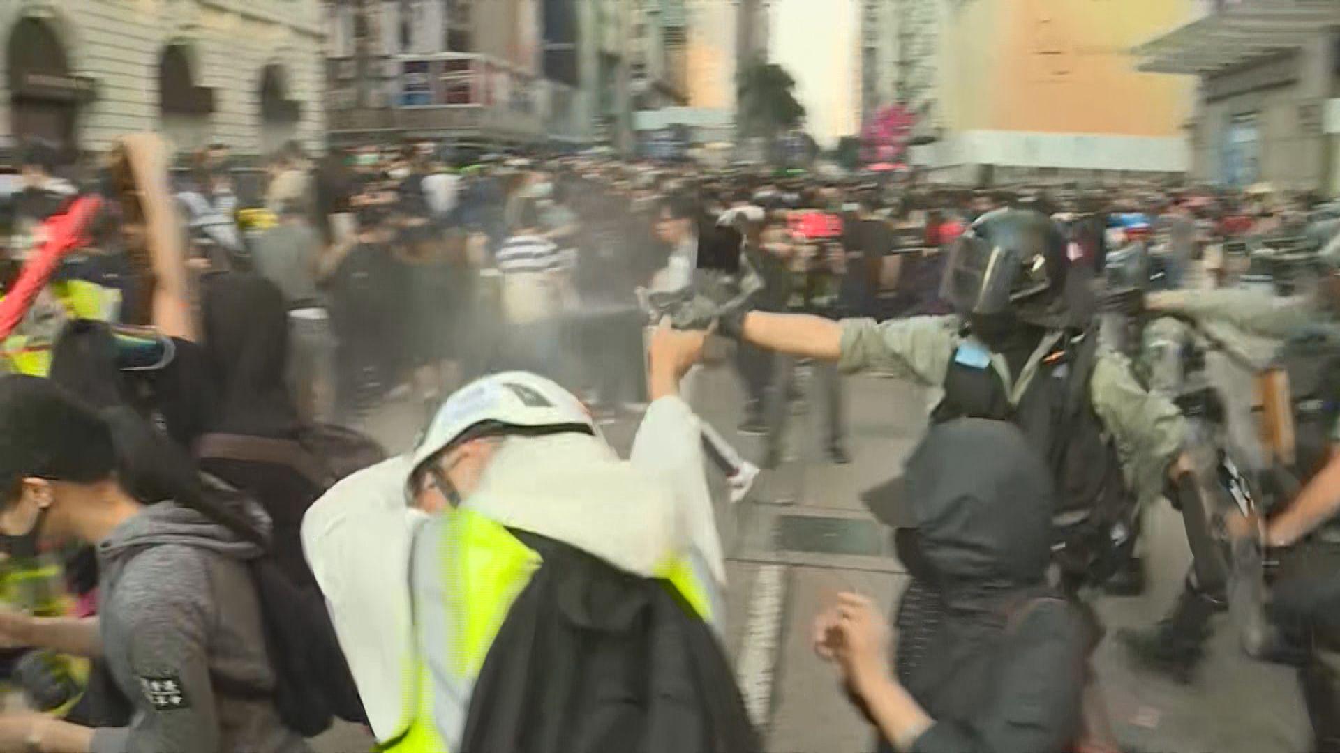 尖沙咀遊行市民迫出馬路 警施放胡椒噴霧