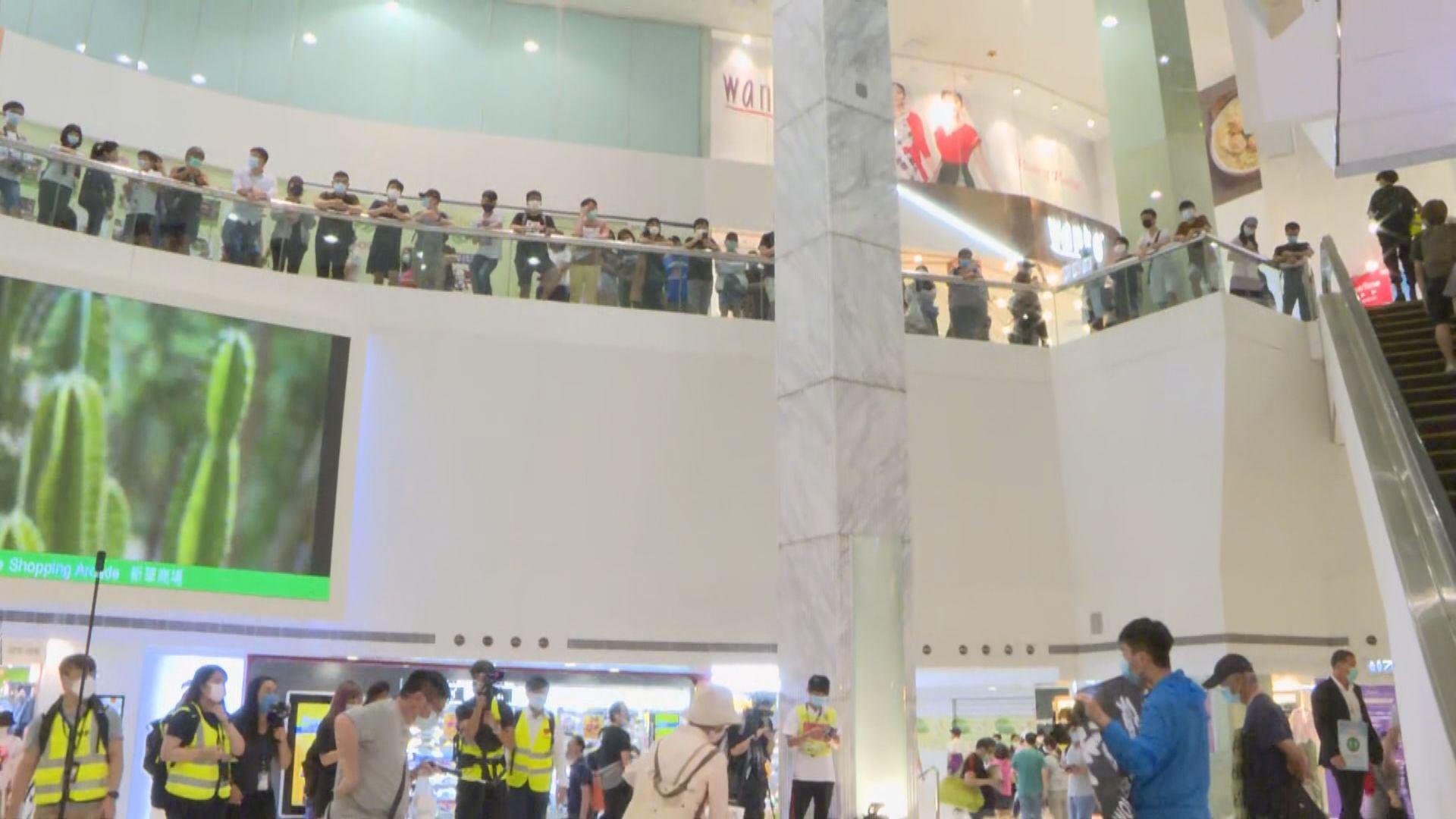 有市民在柴灣商場聚集 警員進入商場呼籲離開