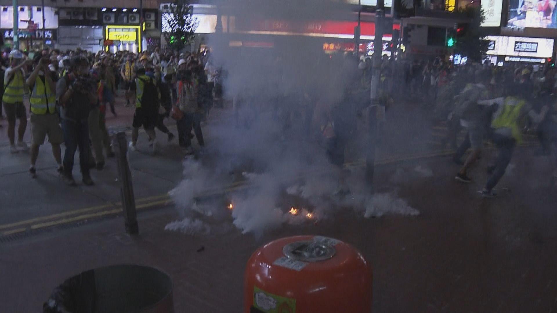 三個港鐵站關閉 銅鑼灣站外警施放催淚彈