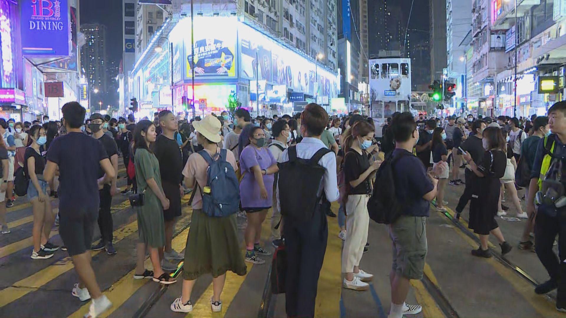 銅鑼灣大批市民聚集 佔據崇光外道路