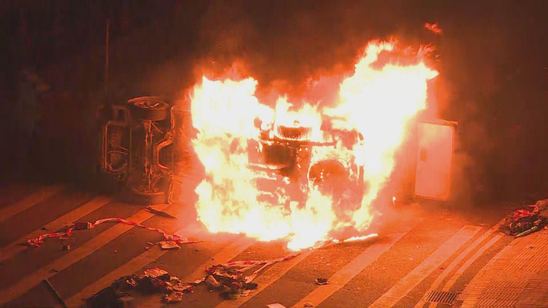 將軍澳有示威者放火燒車