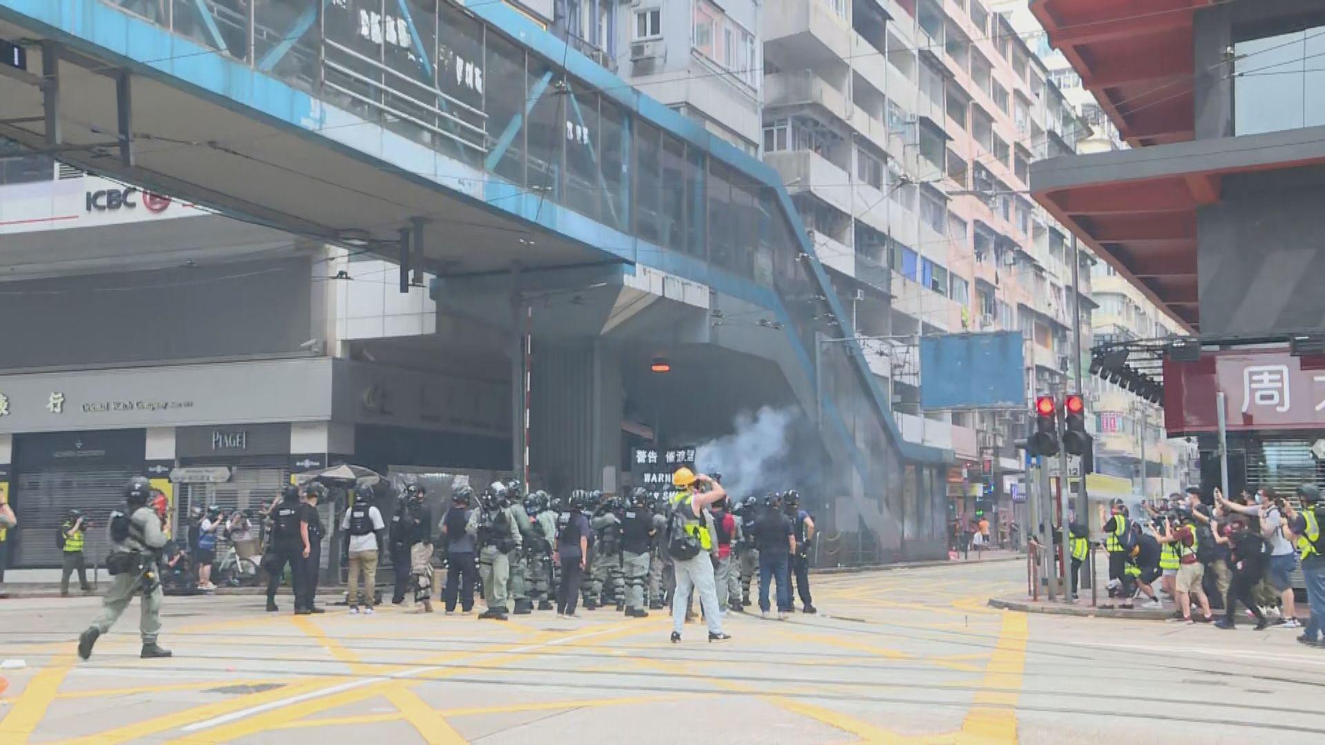 示威者銅鑼灣灣仔一帶堵路燒雜物 警方施放催淚彈