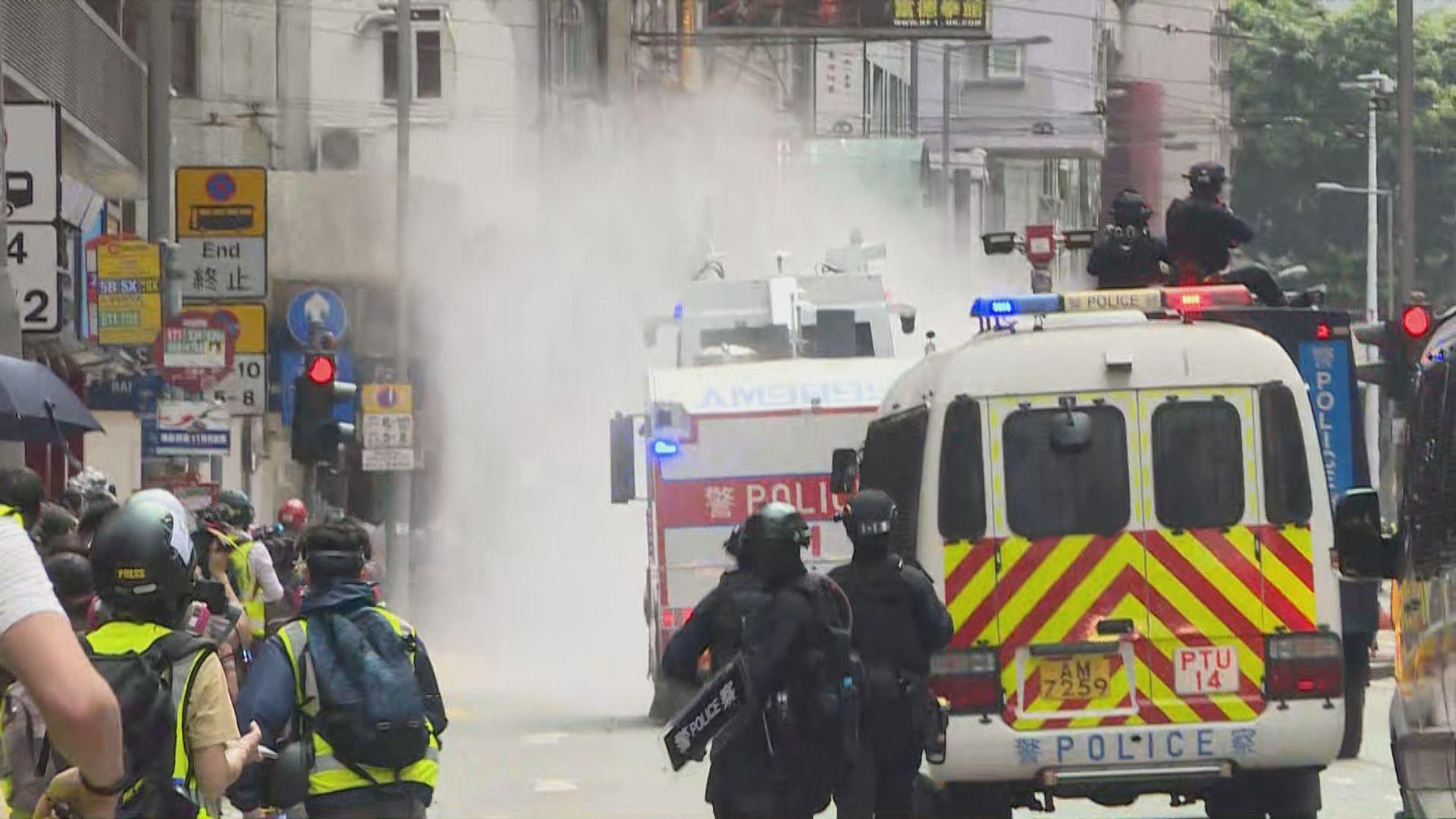 警方水炮車多次射水驅散人群