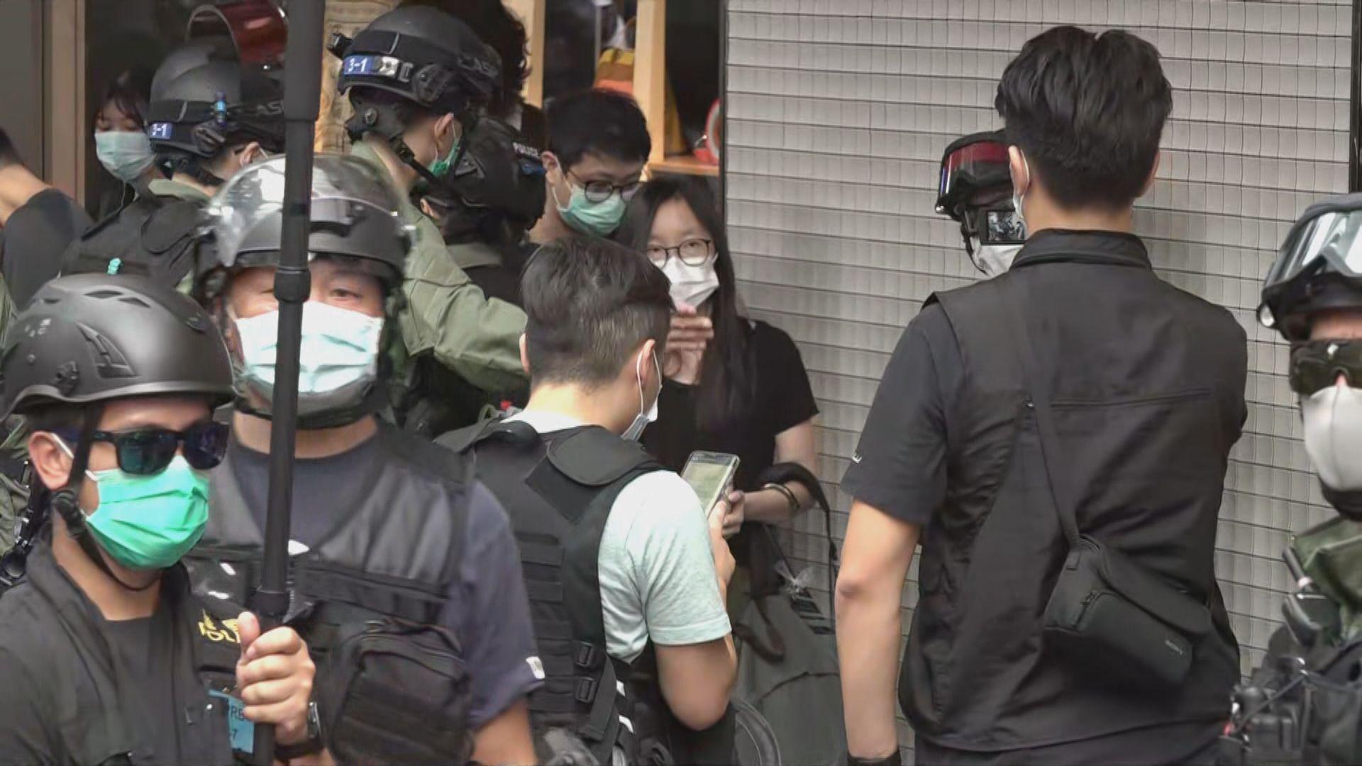 警方銅鑼灣一度拉橙帶包圍近百人查問 部分人被捕