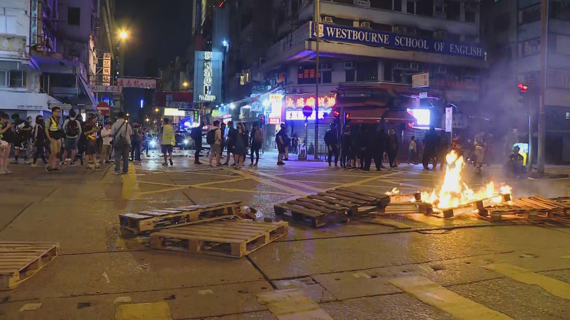 旺角有示威者堵路焚燒雜物