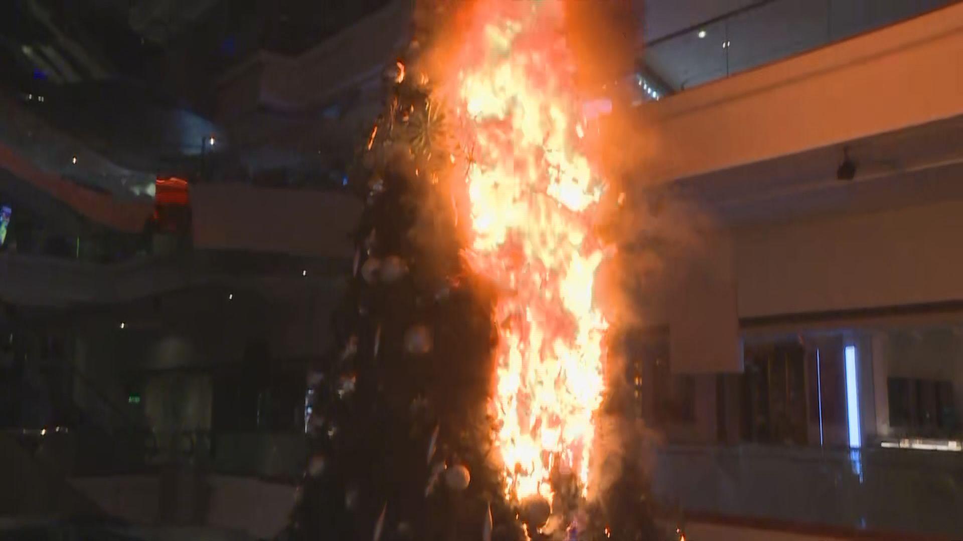 示威者闖又一城破壞及縱火燒聖誕樹