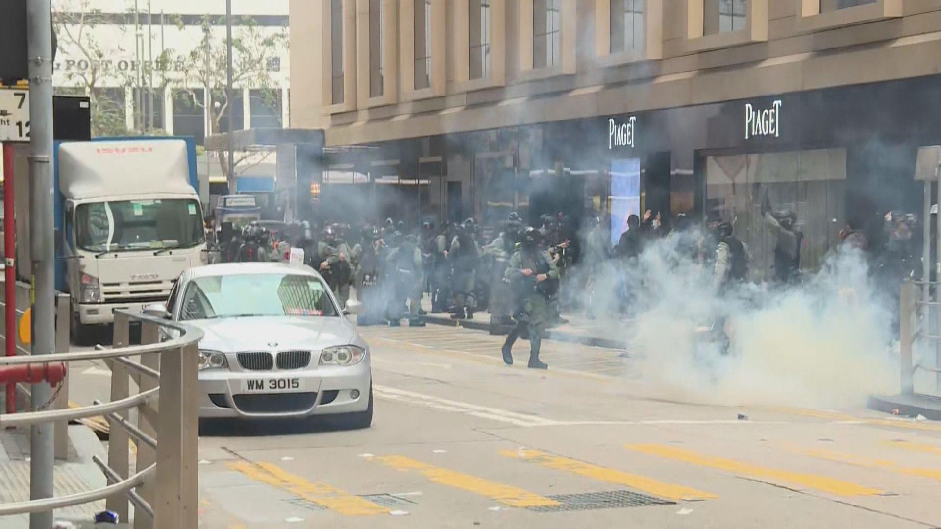 防暴警中環放催淚彈 警方稱兩警員遭以木棍圍毆