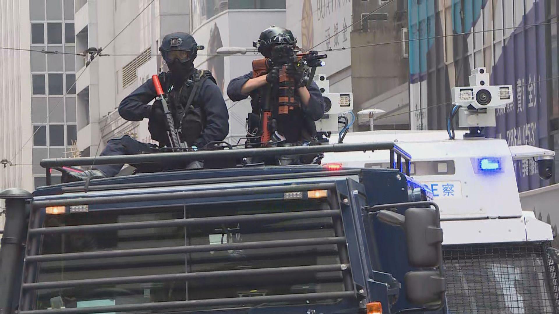 防暴警察中環施放催淚彈 水炮車裝甲車巡行示警