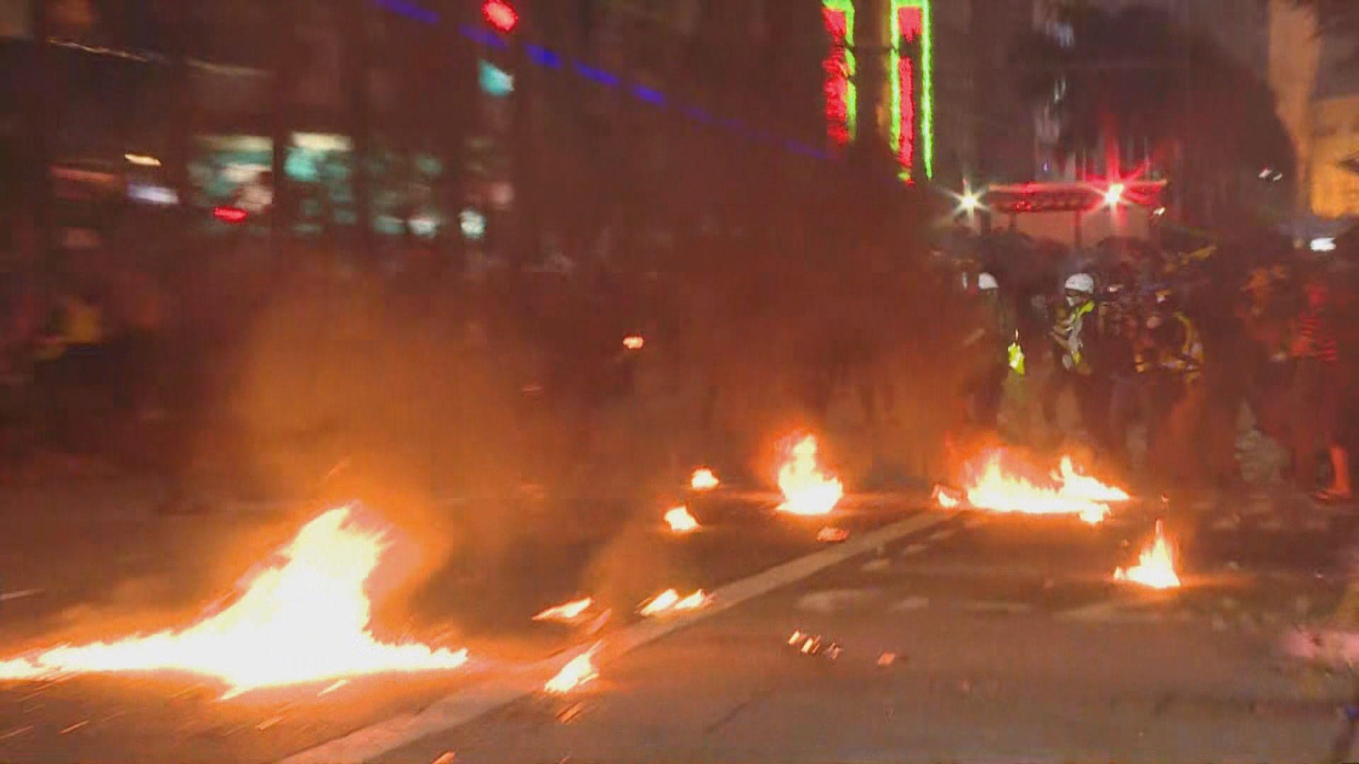 示威者多處縱火及投擲汽油彈 警施放催淚彈