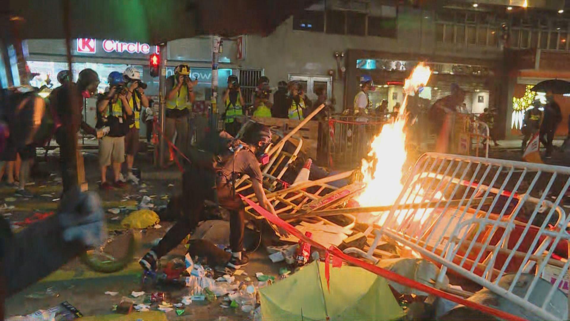 示威者多處縱火 水炮車出動滅火