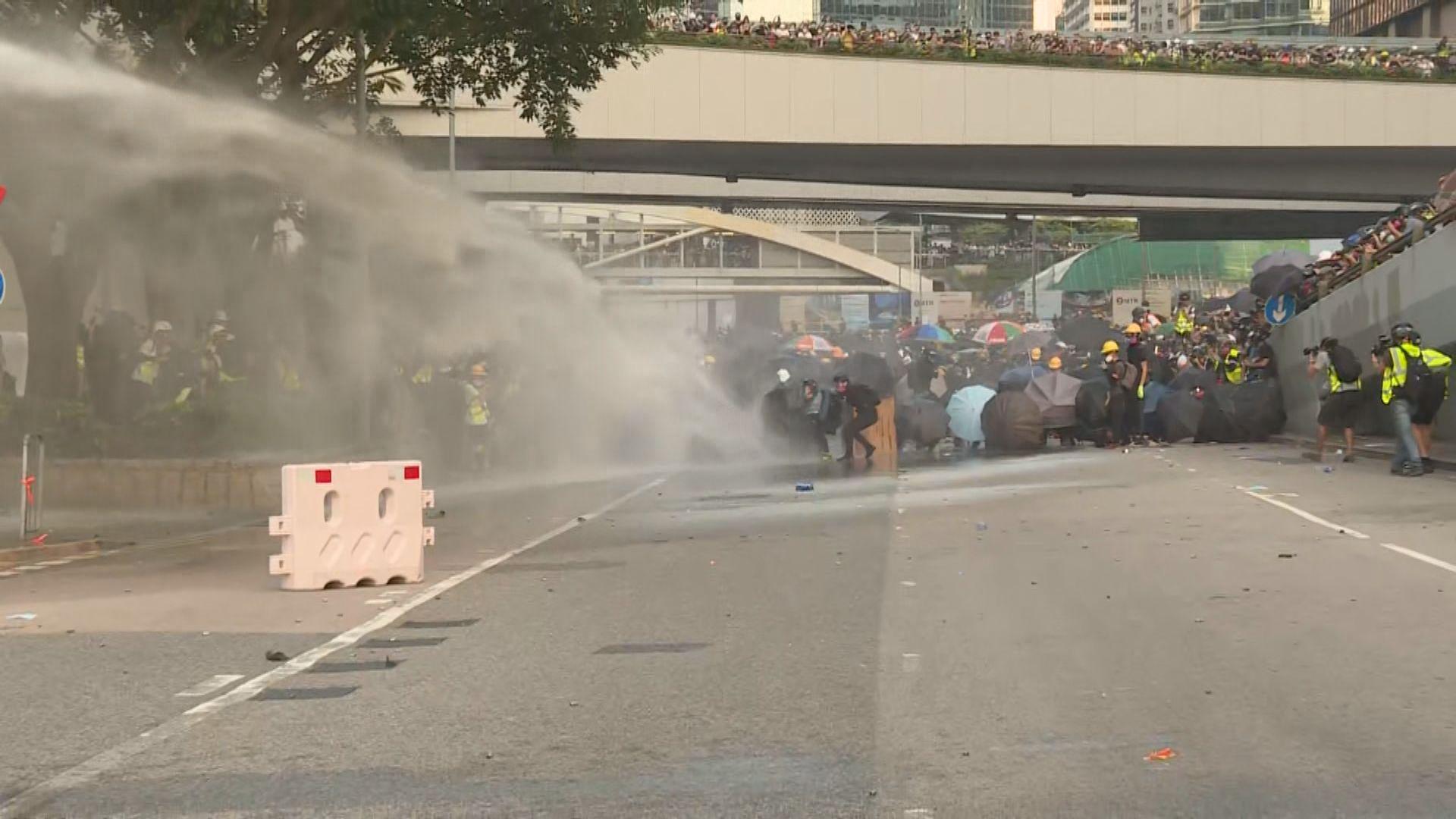 示威者政總外擲汽油彈 警出動水炮車