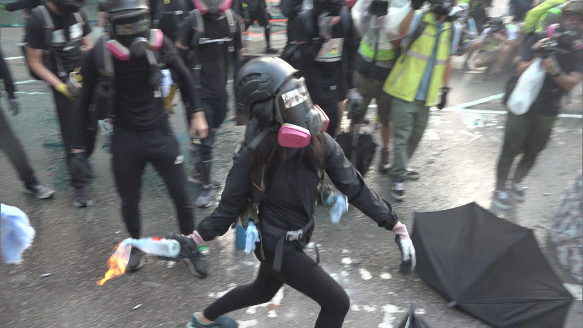 政總外再爆衝突 示威者投汽油彈水炮車出動