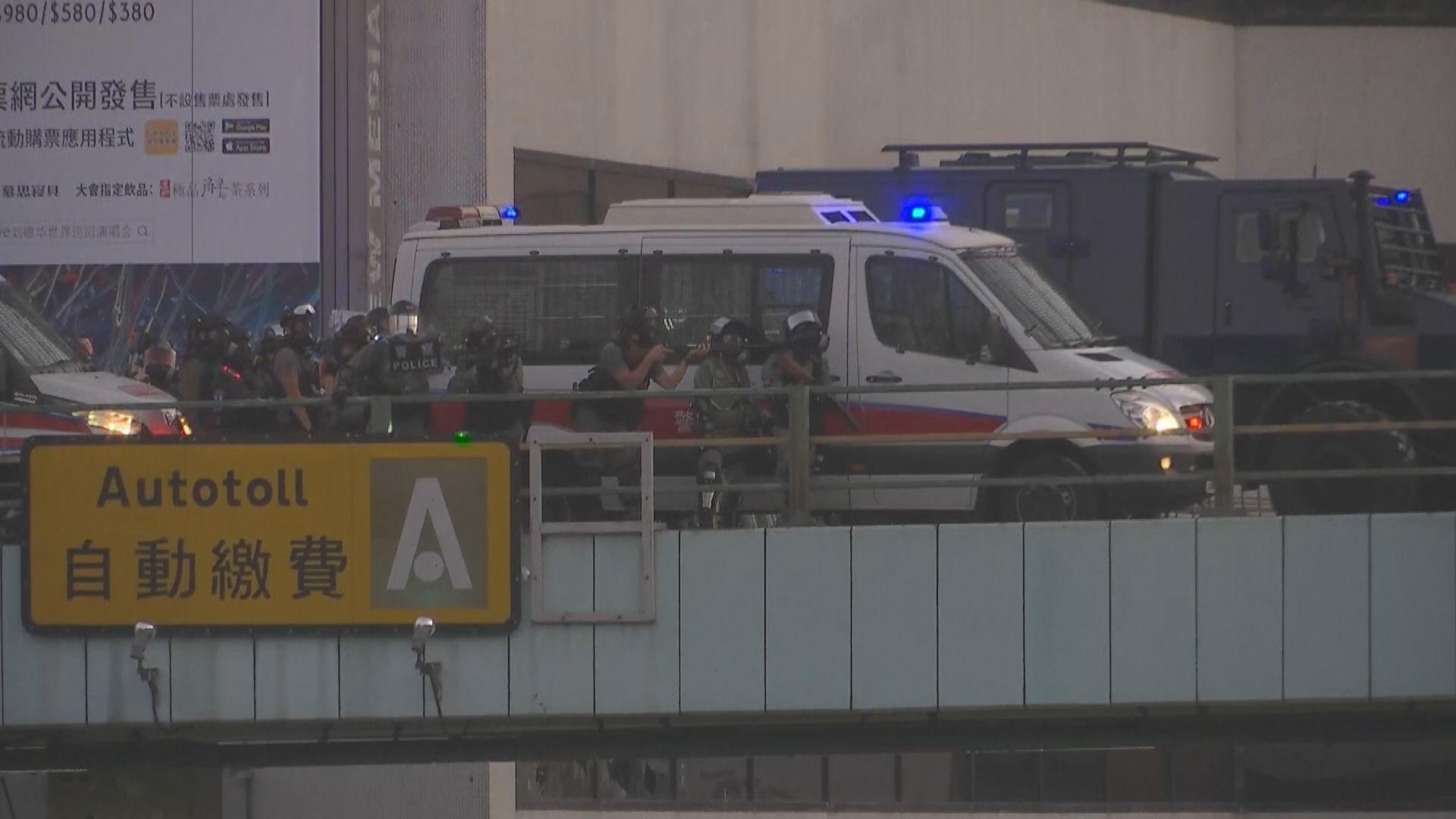 警員理大外衝突中曾舉起自動步槍戒備