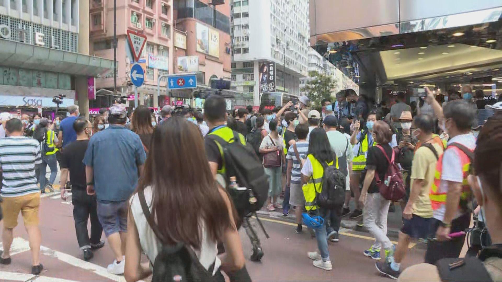網民發起九龍遊行 警方彌敦道近永安百貨一度舉藍旗