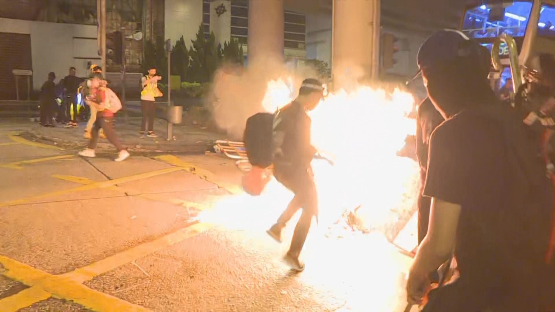 示威者堵塞窩打老道及縱火