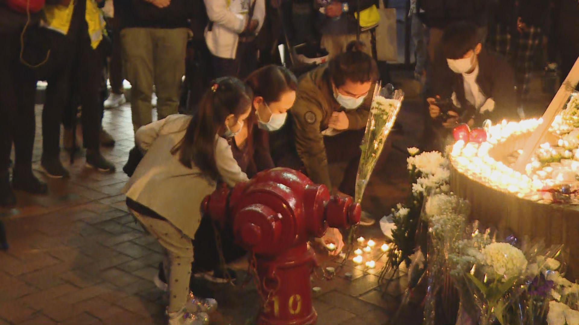 市民在金鐘悼念反修例示威墮樓死者