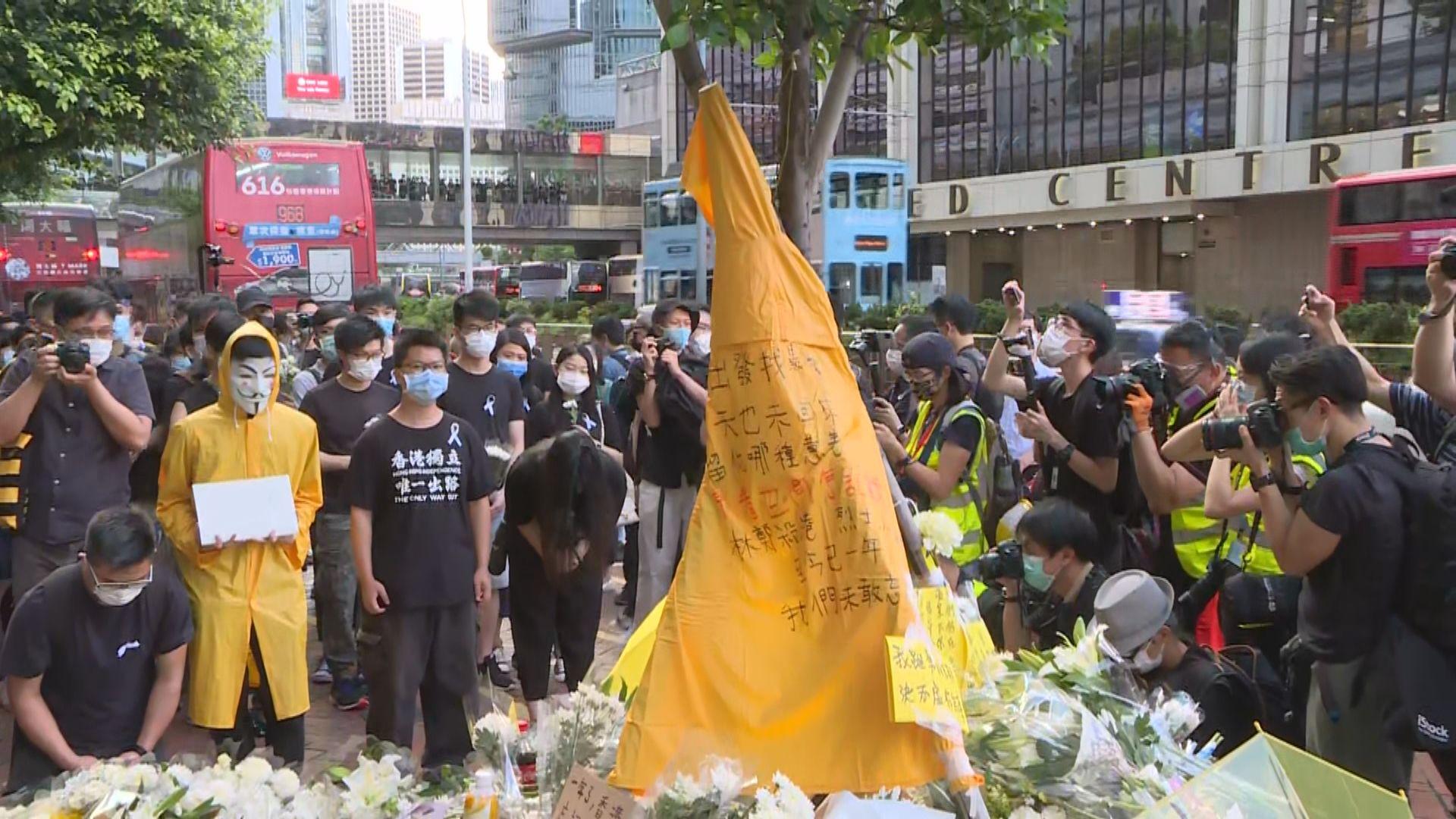金鐘太古廣場有市民悼念一年前墮樓男子梁凌杰