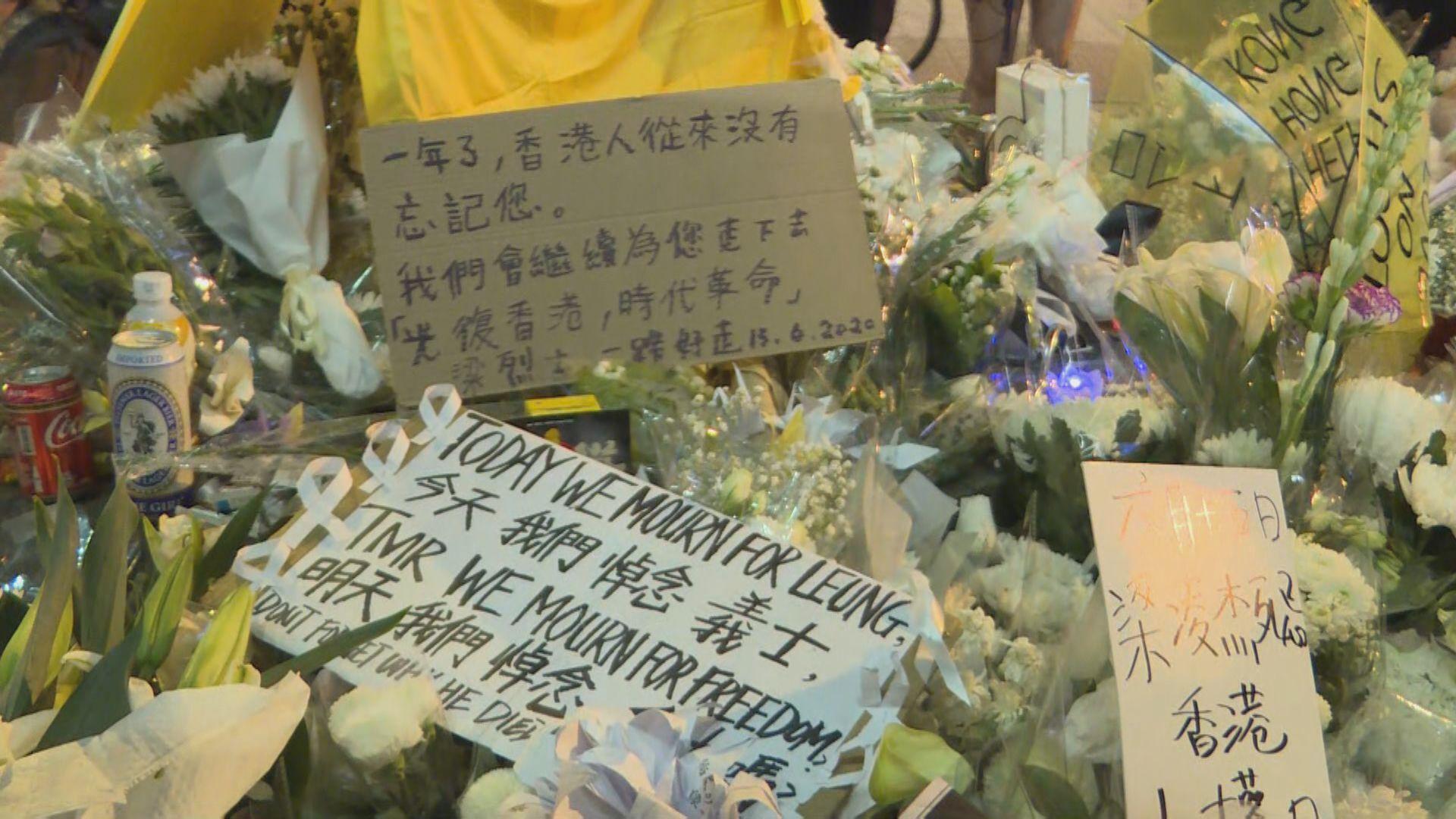 大批市民於金鐘太古廣場及屯門西鐵站外悼念梁凌杰